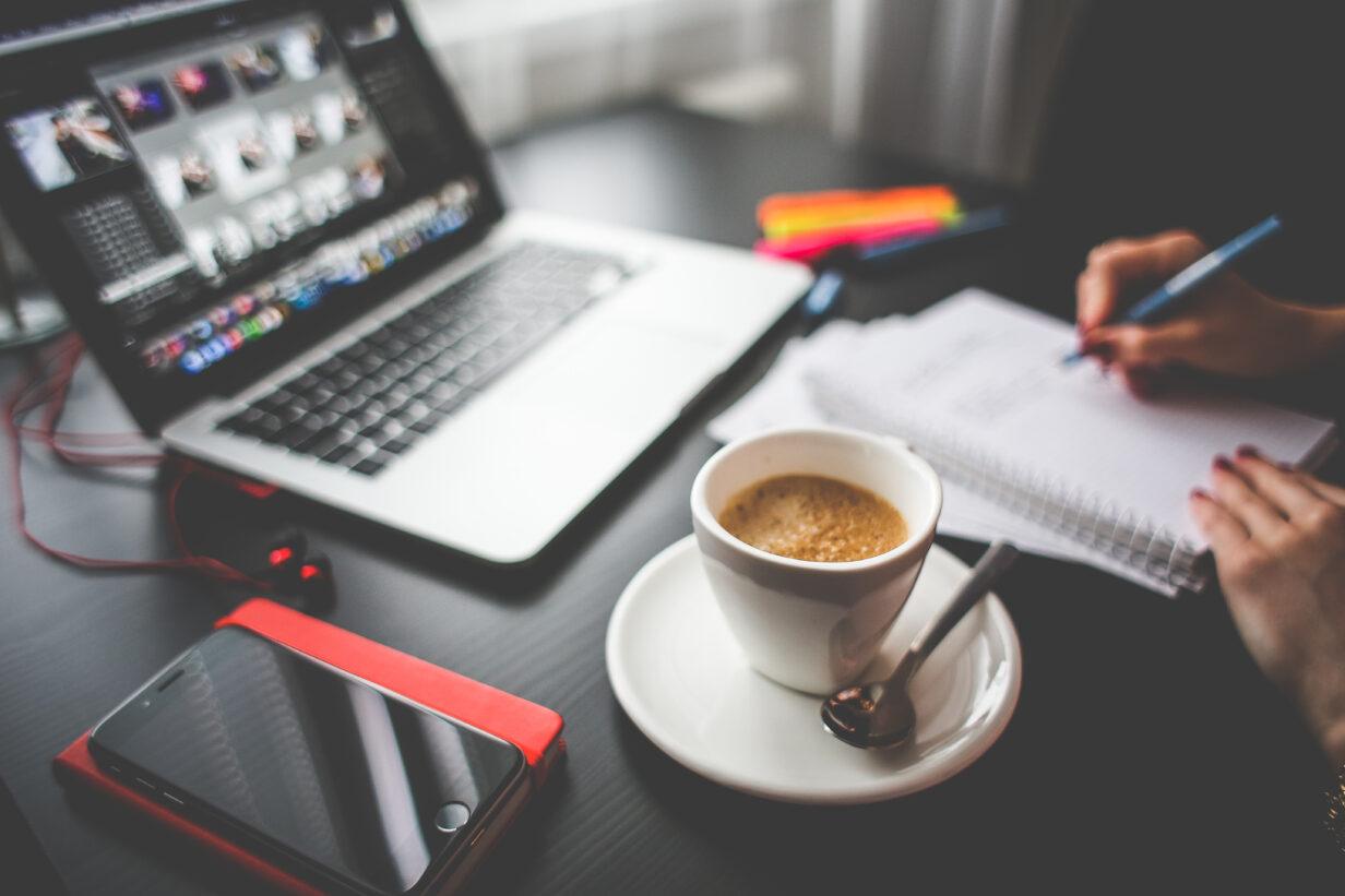 Online Workshop, Kaffee, Notizen, Notebook